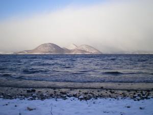 吹雪の合間 ちょい晴れの洞爺湖